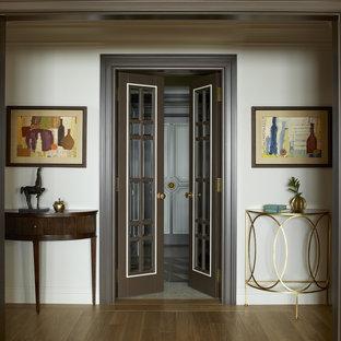 Идея дизайна: коридор среднего размера в стиле современная классика с белыми стенами, паркетным полом среднего тона и коричневым полом