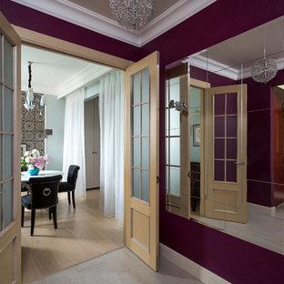 Aménagement d'un petit couloir classique avec un mur violet, un sol en carrelage de céramique, un sol blanc et du papier peint.
