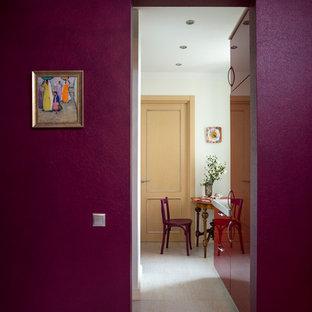Пример оригинального дизайна: маленький коридор в стиле современная классика с фиолетовыми стенами, полом из керамической плитки, белым полом и обоями на стенах