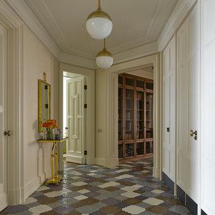 Новый формат декора квартиры: коридор в стиле современная классика с бежевыми стенами и разноцветным полом