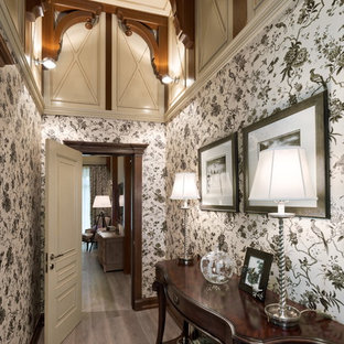 Удачное сочетание для дизайна помещения: коридор в стиле современная классика с паркетным полом среднего тона и серым полом - самое интересное для вас