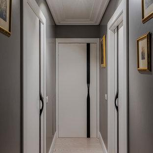 Пример оригинального дизайна: коридор в современном стиле с серыми стенами и бежевым полом