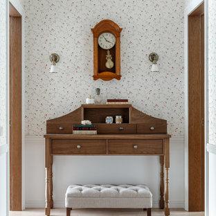 На фото: коридор в классическом стиле с белыми стенами, светлым паркетным полом и бежевым полом с