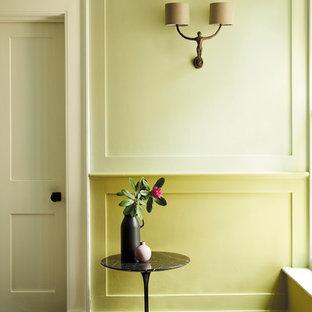Неиссякаемый источник вдохновения для домашнего уюта: коридор в стиле кантри с желтыми стенами и темным паркетным полом