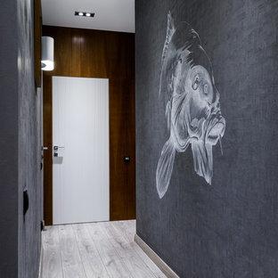 Свежая идея для дизайна: коридор в современном стиле с серыми стенами и светлым паркетным полом - отличное фото интерьера