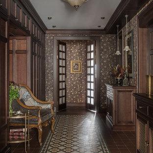 На фото: коридор в викторианском стиле с коричневыми стенами и коричневым полом с