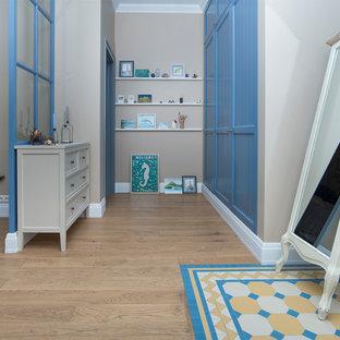 Пример оригинального дизайна: коридор в стиле современная классика с бежевыми стенами, паркетным полом среднего тона и бежевым полом