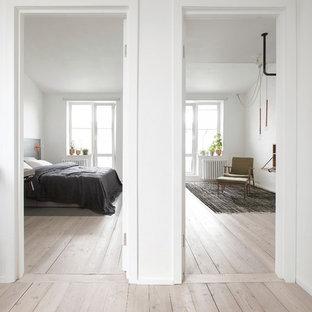 Создайте стильный интерьер: маленький коридор в современном стиле с белыми стенами, деревянным полом и бежевым полом - последний тренд