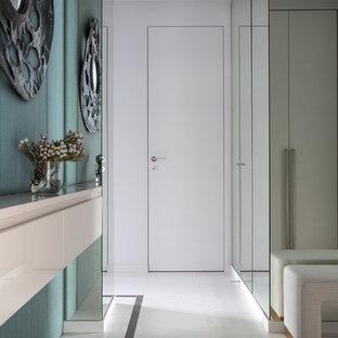 Свежая идея для дизайна: коридор в современном стиле с белым полом и синими стенами - отличное фото интерьера