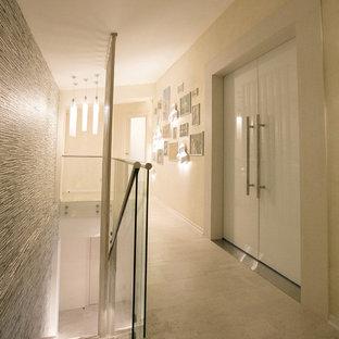 他の地域の大きいコンテンポラリースタイルのおしゃれな廊下 (ベージュの壁、コルクフローリング、ベージュの床) の写真