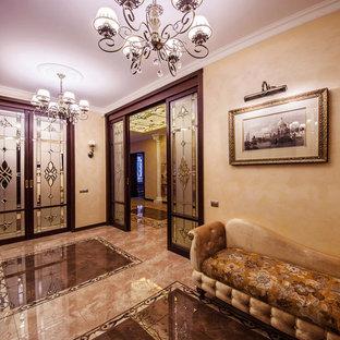 Неиссякаемый источник вдохновения для домашнего уюта: коридор в классическом стиле с бежевыми стенами