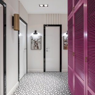 Foto di un ingresso o corridoio design di medie dimensioni con pareti bianche, pavimento in gres porcellanato, pavimento bianco, soffitto ribassato e pannellatura