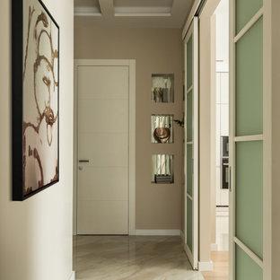 Стильный дизайн: коридор в современном стиле с бежевыми стенами, бежевым полом и многоуровневым потолком - последний тренд