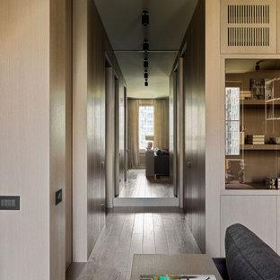 Idéer för en mellanstor modern hall, med bruna väggar, mellanmörkt trägolv och brunt golv