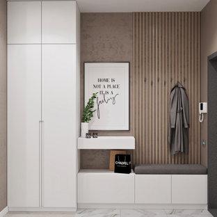 Стильный дизайн: коридор среднего размера в современном стиле с бежевыми стенами, бежевым полом и полом из ламината - последний тренд