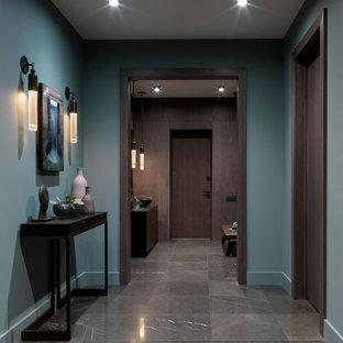 Стильный дизайн: коридор в современном стиле с зелеными стенами - последний тренд