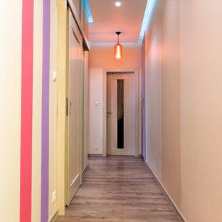 Неиссякаемый источник вдохновения для домашнего уюта: коридор среднего размера в современном стиле с разноцветными стенами, полом из ламината и коричневым полом