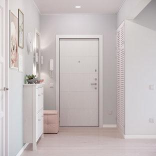 Стильный дизайн: коридор среднего размера в скандинавском стиле с полом из ламината, бежевым полом и белыми стенами - последний тренд