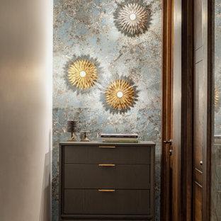Inspiration för små klassiska hallar, med blå väggar, mörkt trägolv och brunt golv