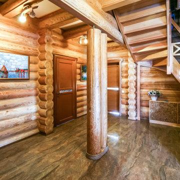 Коридор в деревянном доме из оцилиндрованного бревна