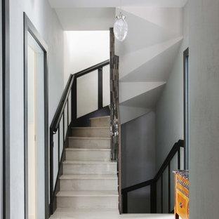 На фото: коридор в современном стиле с