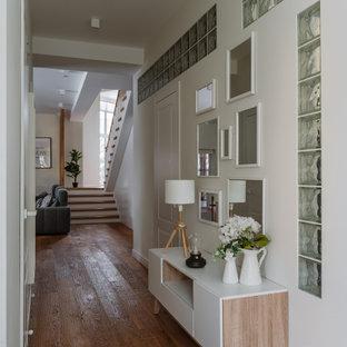 Источник вдохновения для домашнего уюта: коридор в скандинавском стиле с белыми стенами, паркетным полом среднего тона и коричневым полом