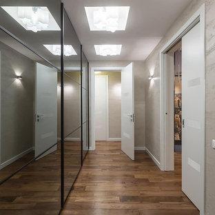 Ispirazione per un ingresso o corridoio contemporaneo di medie dimensioni con pareti beige, parquet scuro, pavimento marrone, soffitto a cassettoni e carta da parati