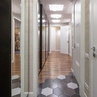 Idée de décoration pour un couloir design de taille moyenne avec un mur beige, un sol en bois foncé, un sol marron, un plafond à caissons et du papier peint.