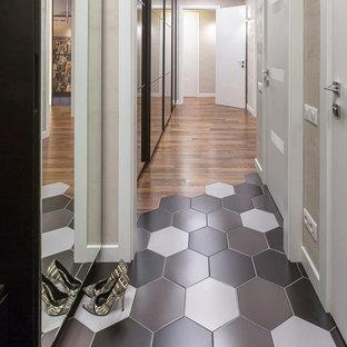 Réalisation d'un couloir design de taille moyenne avec un mur beige, un sol en bois foncé, un sol marron, un plafond à caissons et du papier peint.