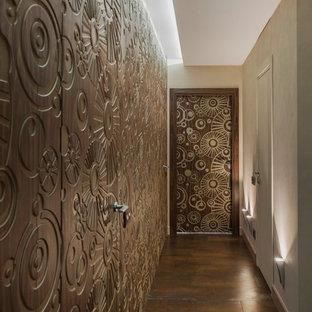 Свежая идея для дизайна: коридор в стиле фьюжн с коричневыми стенами и коричневым полом - отличное фото интерьера