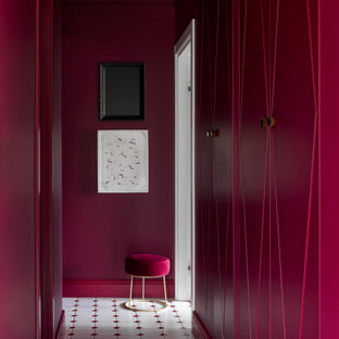 Idée de décoration pour un couloir avec un mur rouge, un sol en carrelage de céramique et un sol blanc.