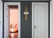 Подскажите, пожалуйста, производителя светильника на стене?