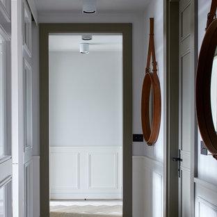 На фото: коридор в скандинавском стиле с белыми стенами и светлым паркетным полом