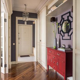 Foto de recibidores y pasillos clásicos renovados con paredes púrpuras, suelo de madera en tonos medios y suelo marrón
