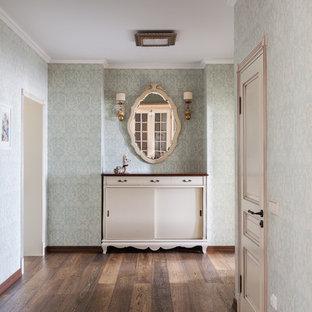 Выдающиеся фото от архитекторов и дизайнеров интерьера: коридор в классическом стиле с зелеными стенами и темным паркетным полом