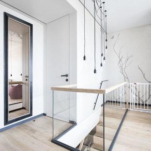 Пример оригинального дизайна: коридор в современном стиле с белыми стенами, светлым паркетным полом и бежевым полом