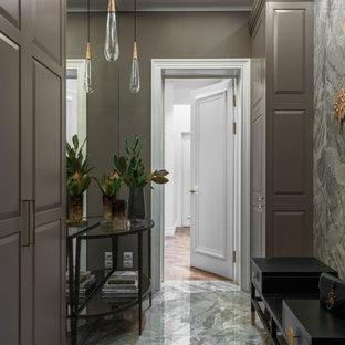 Cette photo montre un couloir tendance avec un mur gris et un plafond décaissé.
