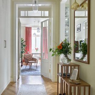 На фото: коридор в классическом стиле с бежевыми стенами и паркетным полом среднего тона с