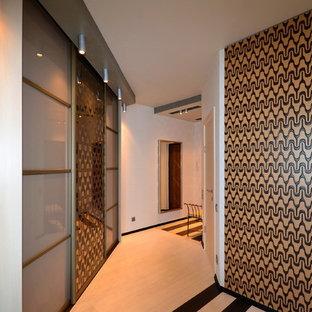 エカテリンブルクの中サイズのコンテンポラリースタイルのおしゃれな廊下 (白い壁、ラミネートの床、白い床) の写真