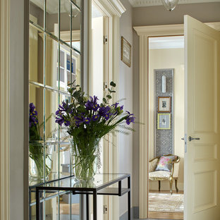 На фото: узкий коридор в классическом стиле с серыми стенами и синим полом
