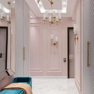 モスクワの中くらいのトランジショナルスタイルのおしゃれな廊下 (磁器タイルの床、ベージュの床、ピンクの壁、折り上げ天井) の写真