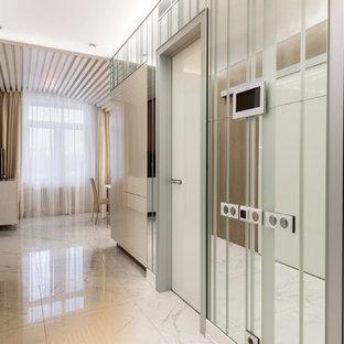Новые идеи обустройства дома: коридор среднего размера в современном стиле с белыми стенами и мраморным полом