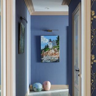 Пример оригинального дизайна интерьера: коридор среднего размера в классическом стиле с синими стенами, полом из керамогранита и серым полом
