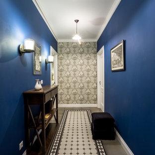 Réalisation d'un couloir tradition avec un mur bleu.