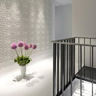 Пример оригинального дизайна: коридор в современном стиле с белыми стенами и белым полом