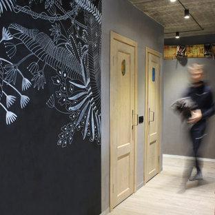 Idée de décoration pour un petit couloir urbain avec un mur gris, sol en stratifié et un sol gris.