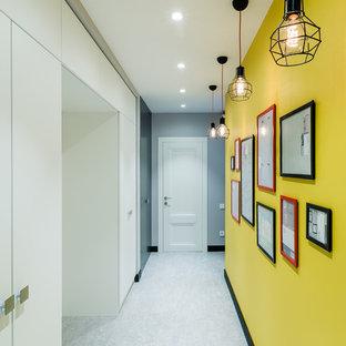 サンクトペテルブルクのコンテンポラリースタイルのおしゃれな廊下 (黄色い壁) の写真