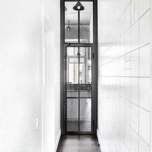 Создайте стильный интерьер: коридор в современном стиле с белыми стенами и черным полом - последний тренд