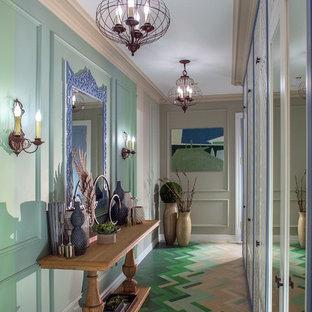Foto di un ingresso o corridoio boho chic di medie dimensioni con pareti verdi, pavimento verde e pavimento in legno verniciato