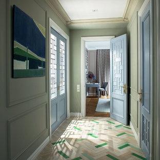 中くらいのエクレクティックスタイルのおしゃれな廊下 (緑の壁、淡色無垢フローリング、ベージュの床) の写真